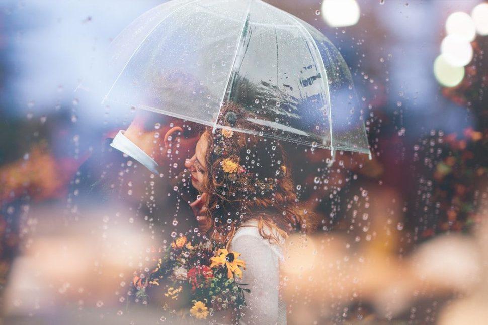 muž a žena pod deštníkem